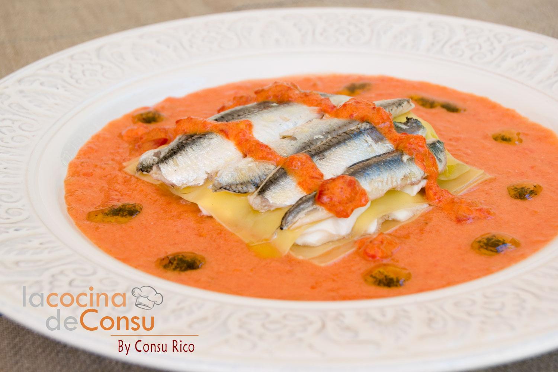 Lasaña de boquerones con sopa de tomate y pimientos de piquillo
