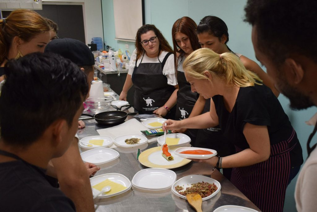 Impartiendo el taller de cocina saludable del Centro 14