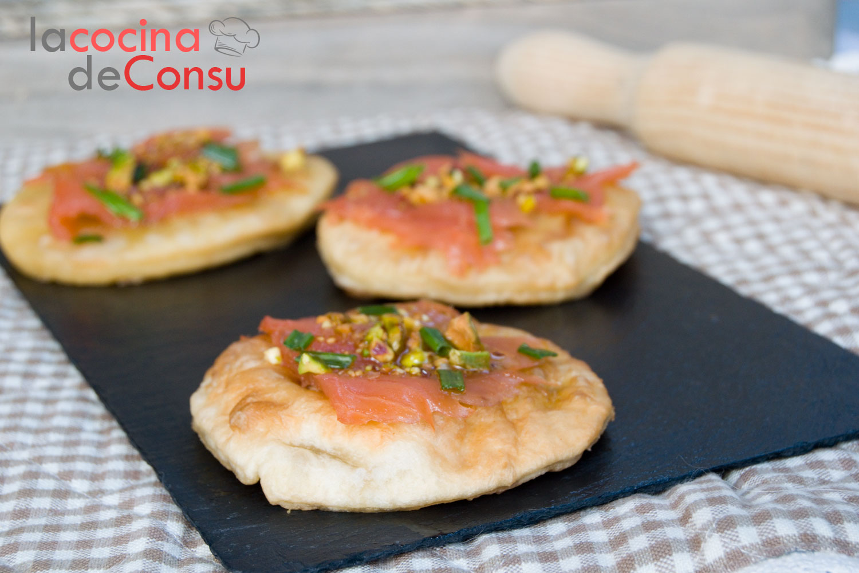 Pizza frita de salmón con vinagreta de pistachos