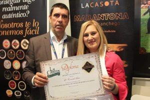 Consu Rico recibiendo el diploma de participación