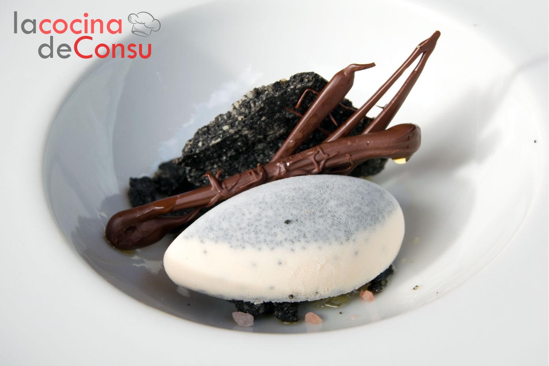 Crema de chocolate blanco con semillas de amapola y brioche crujiente