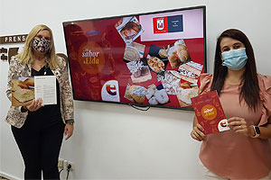 Lorena Pedrero y Consu Rico presentando el folleto Con sabor a Elda