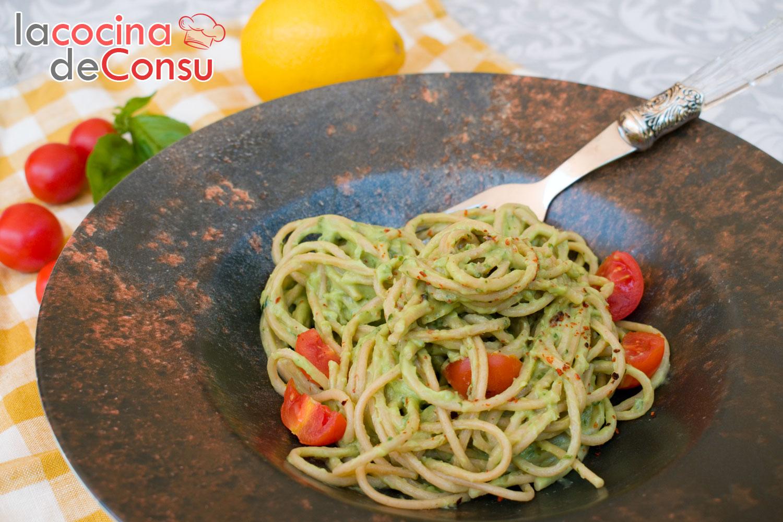 Espaguetis con crema de aguacate