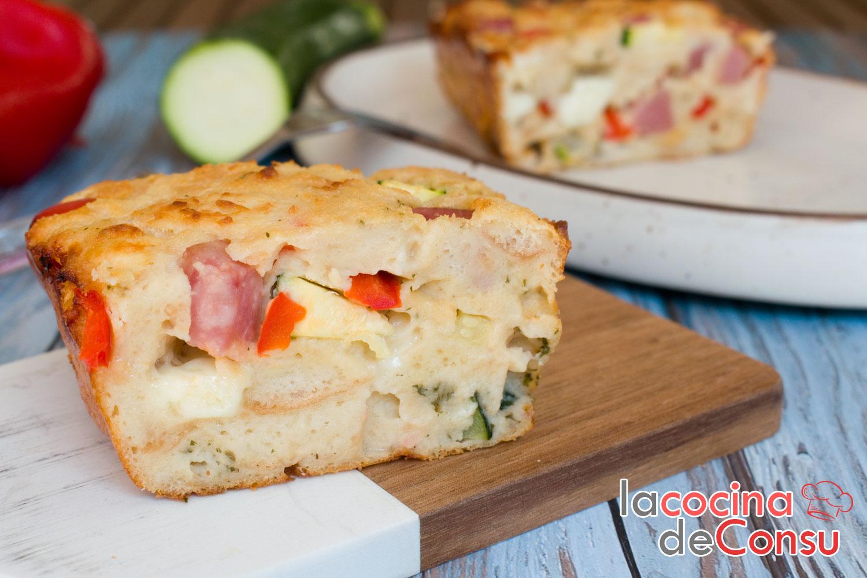 Bizcocho de pan con jamón york, queso y verduras